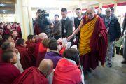 Его Святейшество Далай-лама здоровается с некоторыми из нескольких тысяч людей, собравшихся в главном тибетском храме на молебен о его долголетии. Дхарамсала, Индия. 4 марта 2015 г. Фото: Тензин Чойджор (офис ЕСДЛ)