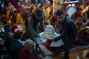 Подношение мандалы, один из элементов сложного ритуала молебна о долголетии Его Святейшества Далай-ламы. Дхарамсала, Индия. 4 марта 2015 г. Фото: Тензин Чойджор (офис ЕСДЛ)