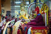 Монахи в ритуальных одеждах во время молебна о долголетии Его Святейшества Далай-ламы. Дхарамсала, Индия. 4 марта 2015 г. Фото: Тензин Чойджор (офис ЕСДЛ)
