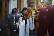 Его Святейшество Далай-лама приветствует членов организационного комитета молебна о долголетии в своей резиденции. Дхарамсала, Индия. 4 марта 2015 г. Фото: Тензин Чойджор (офис ЕСДЛ)