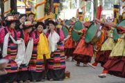 Тибетцы ожидают выхода Его Святейшества Далай-ламы из храма по завершении молебна о долголетии. Дхарамсала, Индия. 4 марта 2015 г. Фото: Тензин Чойджор (офис ЕСДЛ)