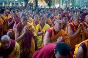 Собравшиеся во дворе главного тибетского храма монахи и миряне стоя приветствуют Его Святейшество Далай-ламу перед началом учения по Джатакам. Дхарамсала, Индия. 5 марта 2015 г. Фото: Тензин Чойджор (офис ЕСДЛ)