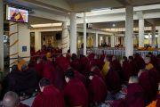 Монахи, расположившееся в верхнем помещении главного тибетского храма, смотрят трансляцию учений Его Святейшества Далай-ламы по Джатакам. Дхарамсала, Индия. 5 марта 2015 г. Фото: Тензин Чойджор (офис ЕСДЛ)