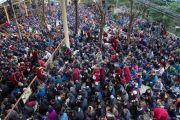 Во дворе главного тибетского храма собрались тысячи монахов и мирян, чтобы послушать учения Его Святейшества Далай-ламы по Джатакам (повествованиям о предыдущих рождениях Будды Шакьямуни). Дхарамсала, Индия. 5 марта 2015 г. Фото: Тензин Чойджор (офис ЕСДЛ)