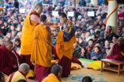 Мастер пения готовит подношение мандалы Его Святейшеству Далай-ламе перед началом учений по Джатакам. Дхарамсала, Индия. 5 марта 2015 г. Фото: Тензин Чойджор (офис ЕСДЛ)