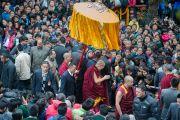 По дороге из главного тибетского храма к своей резиденции Его Святейшество Далай-лама приветствует слушателей, присутствовавших на его учениях по Джатакам. Дхарамсала, Индия. 5 марта 2015 г. Фото: Тензин Чойджор (офис ЕСДЛ)