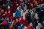 Некоторые из многих тысяч людей, собравшихся в главном тибетском храме на учения Его Святейшества Далай-ламы по Джатакам. Дхарамсала, Индия. 5 марта 2015 г. Фото: Тензин Чойджор (офис ЕСДЛ)