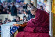 ЕГо Святейшество Далай-лама зачитывает текст из Джатак (повествований о предыдущих рождениях Будды Шакьямуни). Дхарамсала, Индия. 5 марта 2015 г. Фото: Тензин Чойджор (офис ЕСДЛ)