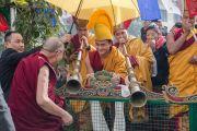 Монахи монастыря Палпунг Шераблинг встречают Его Святейшество Далай-ламу. Верхний Бхатту, штат Химачал-Прадеш, Индия. 11 марта 2015 г. Фото: Тензин Чойджор (офис ЕСДЛ)