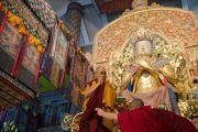 Его Святейшество Далай-лама занимает место на троне у подножия статуи Будды Майтреи в главном храме монастыря Палпунг Шераблинг. Верхний Бхатту, штат Химачал-Прадеш, Индия. 11 марта 2015 г. Фото: Тензин Чойджор (офис ЕСДЛ)