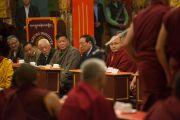 Члены Центральной тибетской администрации и почетные гости наблюдают за философскими диспутами в монастыре Палпунг Шераблинг. Верхний Бхатту, штат Химачал-Прадеш, Индия. 11 марта 2015 г. Фото: Тензин Чойджор (офис ЕСДЛ)