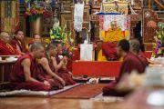 Его Святейшество Далай-лама слушает, как монахи-студенты монастыря Палпунг Шераблинг обсуждают вопросы тибетского языка и грамматики. Верхний Бхатту, штат Химачал-Прадеш, Индия. 11 марта 2015 г. Фото: Тензин Чойджор (офис ЕСДЛ)