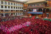 Во дворе монастыря Палпунг Шераблинг монахи, монахини и миряне смотрят на большом экране трансляцию из главного храма во время визита Его Святейшества Далай-ламы. Верхний Бхатту, штат Химачал-Прадеш, Индия. 11 марта 2015 г. Фото: Тензин Чойджор (офис ЕСДЛ)