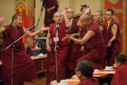 Монахи проводят показательные философские диспуты во время визита Его Святейшества Далай-ламы в монастырь Палпунг Шераблинг. Верхний Бхатту, штат Химачал-Прадеш, Индия. 11 марта 2015 г. Фото: Тензин Чойджор (офис ЕСДЛ)