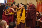 Тай Ситу Ринпоче сооружает мандалу из риса во время традиционной церемонии в честь прибытия Его Святейшества Далай-ламы в монастырь Палпунг Шераблинг. Верхний Бхатту, штат Химачал-Прадеш, Индия. 11 марта 2015 г. Фото: Тензин Чойджор (офис ЕСДЛ)