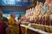 Его Святейшество Далай-лама молится у алтаря в главном храме монастыря Палпунг Шераблинг. Верхний Бхатту, штат Химачал-Прадеш, Индия. 11 марта 2015 г. Фото: Тензин Чойджор (офис ЕСДЛ)