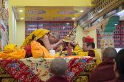 Тай Ситу Ринпоче совершает подношение Его Святейшеству Далай-ламе во время молебна о долголетии в институте Лунгрик Джампеллинг в монастыре Палпунг Шераблинг. Верхний Бхатту, штат Химачал-Прадеш, Индия. 12 марта 2015 г. Фото: Тензин Чойджор (офис ЕСДЛ)