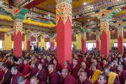 Монахи и почетные гости слушают Его Святейшество Далай-ламу в институте Лунгрик Джампеллинг в монастыре Палпунг Шераблинг. Верхний Бхатту, штат Химачал-Прадеш, Индия. 12 марта 2015 г. Фото: Тензин Чойджор (офис ЕСДЛ)