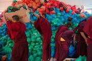 Монахи раздают подношения более чем 9 тысячам участников молебна о долголетии Его Святейшества Далай-ламы в институте Лунгрик Джампеллинг в монастыре Палпунг Шераблинг. Верхний Бхатту, штат Химачал-Прадеш, Индия. 12 марта 2015 г. Фото: Тензин Чойджор (офис ЕСДЛ)