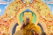 Его Святейшество Далай-лама приветствует собравшихся в институте Лунгрик Джампеллинг в монастыре Палпунг Шераблинг. Верхний Бхатту, штат Химачал-Прадеш, Индия. 12 марта 2015 г. Фото: Тензин Чойджор (офис ЕСДЛ)