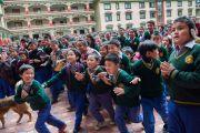 Тибетские школьники спешат навстречу Его Святейшеству Далай-ламе в институте Лунгрик Джампеллинг в монастыре Палпунг Шераблинг. Верхний Бхатту, штат Химачал-Прадеш, Индия. 12 марта 2015 г. Фото: Тензин Чойджор (офис ЕСДЛ)