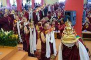 Тибетские монахи совершают подношения во время молебна о долголетии Его Святейшества Далай-ламы в институте Лунгрик Джампеллинг в монастыре Палпунг Шераблинг. Верхний Бхатту, штат Химачал-Прадеш, Индия. 12 марта 2015 г. Фото: Тензин Чойджор (офис ЕСДЛ)