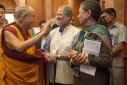 Его Святейшество Далай-лама приветствует вице-губернатора Дели Наджиба Джунга перед началом первого дня ежегодных трехдневных учений, организованных Фондом всеобщей ответственности. Дели, Индия. 20 марта 2015 г. Фото: Тензин Чойджор (офис ЕСДЛ)