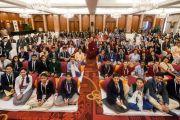 Его Святейшество Далай-лама фотографируется на память со школьниками и преподавателями по окончании встречи. Дели, Индия. 20 марта 2015 г. Фото: Тензин Чойджор (офис ЕСДЛ)