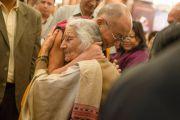 Его Святейшество Далай-лама здоровается со старой знакомой перед началом ежегодных трехдневных учений, организованных Фондом всеобщей ответственности. Дели, Индия. 20 марта 2015 г. Фото: Тензин Чойджор (офис ЕСДЛ)