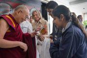 Его Святейшеству Далай-ламе делают традиционные подношения перед началом встречи со школьниками и преподавателями. Дели, Индия. 20 марта 2015 г. Фото: Тензин Чойджор (офис ЕСДЛ)