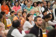 """Слушательница задает вопрос Его Святейшеству Далай-ламе во время учений по произведению Нагарджуны """"Коренные строфы о срединности"""". Дели, Индия. 21 марта 2015 г. Фото: Тензин Чойджор (офис ЕСДЛ)"""