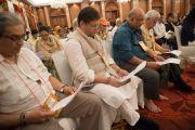 Слушатели читают молитву о долголетии Его Святейшества Далай-ламы по завершении трехдневных учений. Дели, Индия. 22 марта 2015 г. Фото: Тензин Чойджор (офис ЕСДЛ)