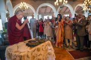 Его Святейшество Далай-лама разрезает первый именинный пирог в честь своего 80-летия на встрече с индийцами. Дели, Индия. 21 марта 2015 г. Фото: Тензин Чойджор (офис ЕСДЛ)