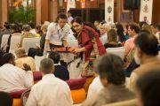 Участниками раздают ритуальные предметы, в то время как Его Святейшество Далай-лама дарует разрешение на практику Белого Манджушри. Дели, Индия. 22 марта 2015 г. Фото: Тензин Чойджор (офис ЕСДЛ)