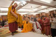 Его Святейшество Далай-лама прощается со слушателями, покидая зал, в котором проводились учения. Дели, Индия. 22 марта 2015 г. Фото: Тензин Чойджор (офис ЕСДЛ)
