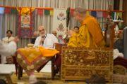 Раджив Мехротра, основатель Фонда всеобщей ответственности, благодарит Его Святейшество Далай-ламу за дарованные учения и волонтеров, помогавших в проведении мероприятия. Дели, Индия. 22 марта 2015 г. Фото: Тензин Чойджор (офис ЕСДЛ)