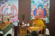Его Святейшество Далай-лама читает мантру Белого Манджушри в третий день учений. Дели, Индия. 22 марта 2015 г. Фото: Тензин Чойджор (офис ЕСДЛ)