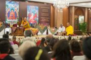 Досточтимый Тензин Приядарши читает Сутру сердца на санскрите в начале третьего дня учений Его Святейшества Далай-ламы. Дели, Индия. 22 марта 2015 г. Фото: Тензин Чойджор (офис ЕСДЛ)