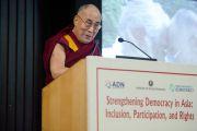 """Его Святейшество Далай-лама выступает на конференции """"Укрепление демократии в Азии"""", организованной """"Национальным фондом развития демократии"""". Дели, Индия. 23 марта 2015 г. Фото: Тензин Чойджор (офис ЕСДЛ)"""