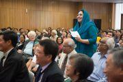 """Одна из участниц организованной """"Национальным фондом развития демократии"""" конференции """"Укреплении демократии в Азии"""" задает вопрос Его Святейшеству Далай-ламе. Дели, Индия. 23 марта 2015 г. Фото: Тензин Чойджор (офис ЕСДЛ)"""