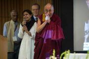 """Его Святейшество Далай-ламу представляют аудитории на организованной """"Национальным фондом развития демократии"""" конференции """"Укреплении демократии в Азии"""". Дели, Индия. 23 марта 2015 г. Фото: Тензин Чойджор (офис ЕСДЛ)"""