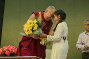 Перед началом лекции в клубе Джимкхана Его Святейшеству Далай-ламе подарили цветы. Дели, Индия. 23 марта 2015 г. Фото: Тензин Чойджор (офис ЕСДЛ)