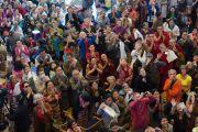 Зрители смотрят на ложу, из которой Его Святейшество Далай-лама будет наблюдать за открытием 20-го фестиваля тибетской оперы Шотон. Дхарамсала, Индия. 27 марта 2015 г. Фото: Тензин Чойджор (офис ЕСДЛ)