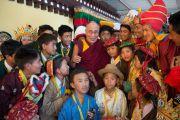 Его Святейшество Далай-лама фотографируется с членами одной из оперных трупп в первый день 20-го фестиваля тибетской оперы Шотон. Дхарамсала, Индия. 27 марта 2015 г. Фото: Тензин Чойджор (офис ЕСДЛ)
