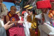 Его Святейшество Далай-ламу встречают традиционным подношением в Тибетском институте театрального искусства (TIPA), куда он прибыл на открытие 20-го фестиваля тибетской оперы Шотон. Дхарамсала, Индия. 27 марта 2015 г. Фото: Тензин Чойджор (офис ЕСДЛ)