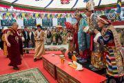 Его Святейшество Далай-лама подносит хадаки артистам оперной труппы из Массури в первый день 20-го фестиваля тибетской оперы Шотон. Дхарамсала, Индия. 27 марта 2015 г. Фото: Тензин Чойджор (офис ЕСДЛ)