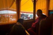 Его Святейшество Далай-лама наблюдает за выступлениями артистов на открытии 20-го фестиваля тибетской оперы Шотон. Дхарамсала, Индия. 27 марта 2015 г. Фото: Тензин Чойджор (офис ЕСДЛ)