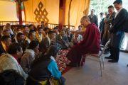 Его Святейшество Далай-лама беседует с преподавателями театрального искусства в первый день 20-го фестиваля тибетской оперы Шотон. Дхарамсала, Индия. 27 марта 2015 г. Фото: Тензин Чойджор (офис ЕСДЛ)