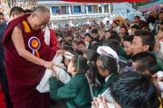 Его Святейшество Далай-лама здоровается с тибетскими школьниками в Тибетском институте театрального искусства (TIPA), перед началом 20-го фестиваля тибетской оперы Шотон. Дхарамсала, Индия. 27 марта 2015 г. Фото: Тензин Чойджор (офис ЕСДЛ)