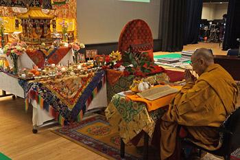 В Токио Далай-лама даровал посвящение Авалокитешвары и завершил учения по сочинениям «Ступени медитации» и «Три важнейших момента»